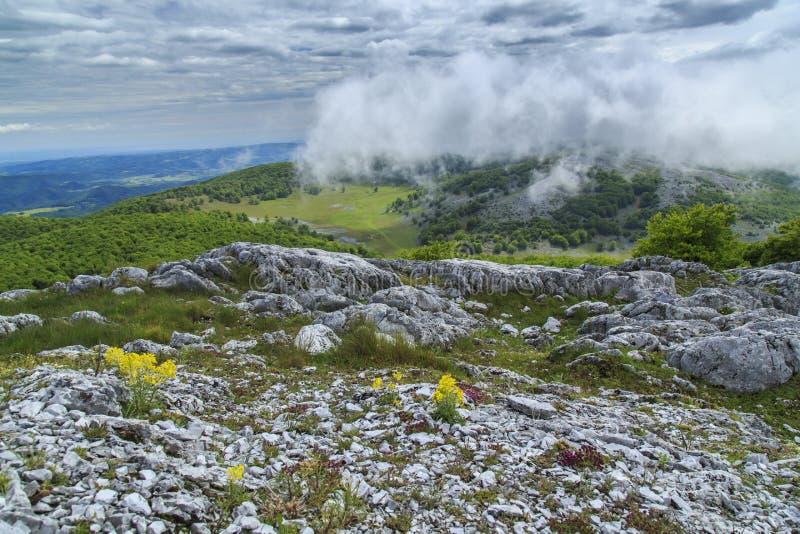 Download Paisaje Hermoso De La Montaña En Las Montañas Foto de archivo - Imagen de limestone, cielo: 41917812