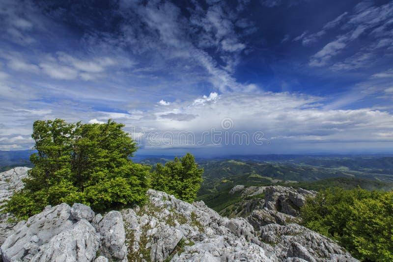 Download Paisaje Hermoso De La Montaña En Las Montañas Imagen de archivo - Imagen de perspectiva, alejado: 41917813