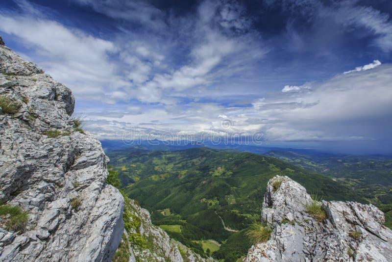 Download Paisaje Hermoso De La Montaña En Las Montañas Foto de archivo - Imagen de puro, rumania: 41917822