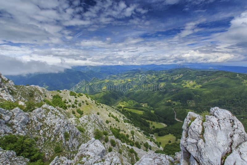Download Paisaje Hermoso De La Montaña En Las Montañas Imagen de archivo - Imagen de verano, camino: 41917833