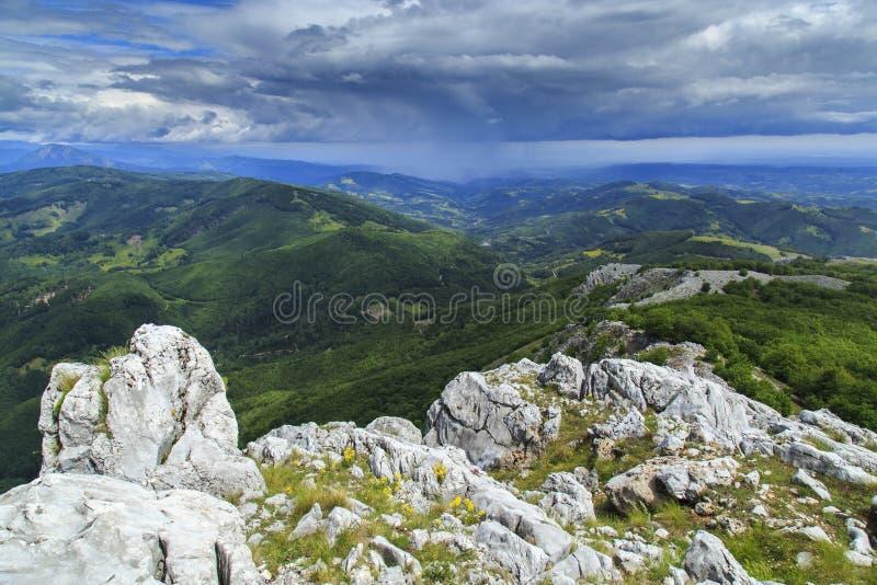 Download Paisaje Hermoso De La Montaña En Las Montañas Imagen de archivo - Imagen de rumania, niebla: 41917841