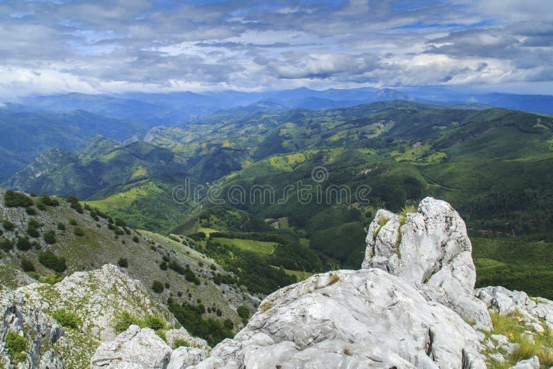 Download Paisaje Hermoso De La Montaña En Las Montañas Imagen de archivo - Imagen de flor, belleza: 41917849