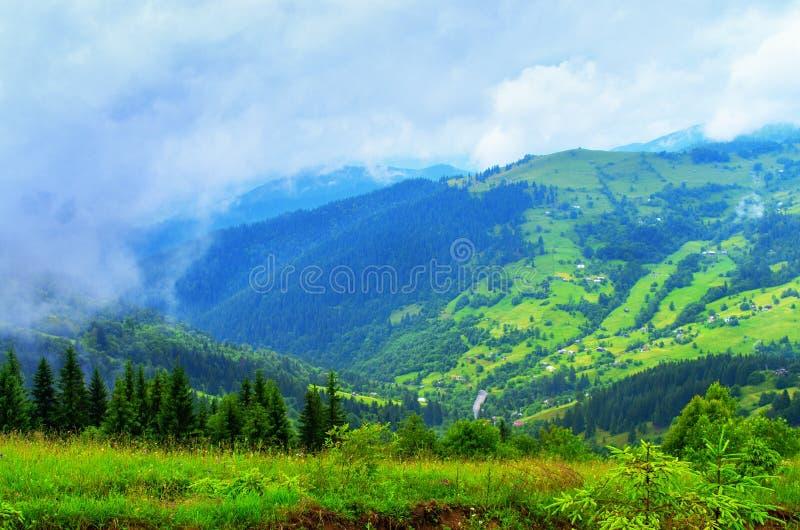 Paisaje hermoso de la montaña de las laderas, el hogar del pueblo imágenes de archivo libres de regalías