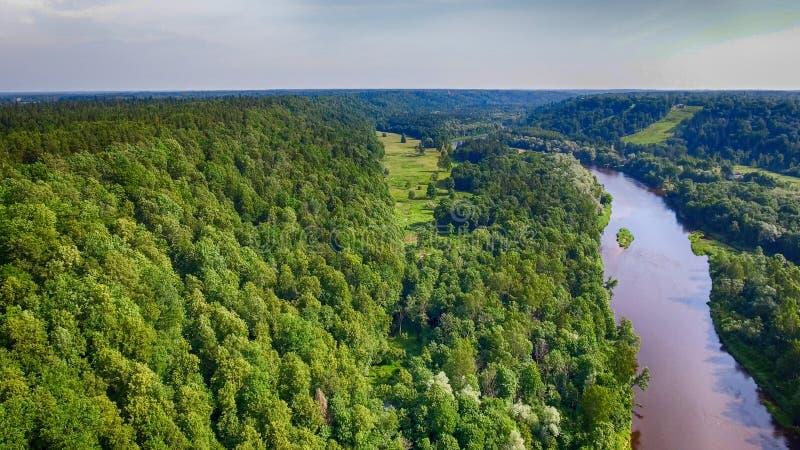Paisaje hermoso de la montaña de la travesía de río, visión aérea fotos de archivo