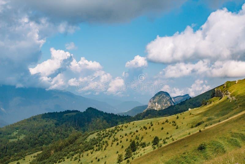 Paisaje hermoso de la monta?a del verano con nubes y un d?a soleado foto de archivo libre de regalías
