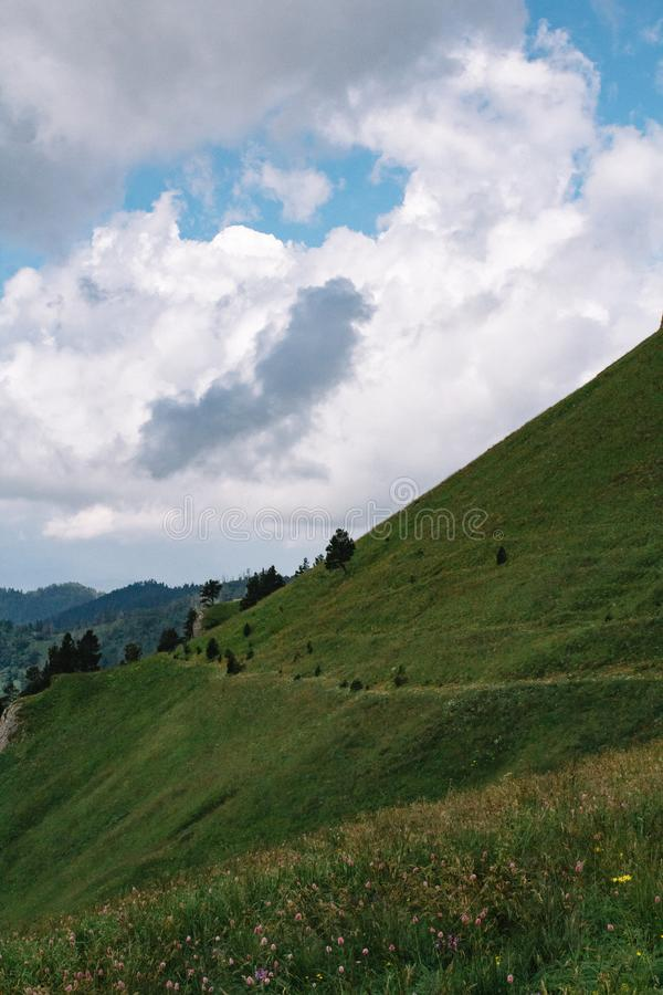 Paisaje hermoso de la monta?a del verano con nubes y un d?a soleado foto de archivo