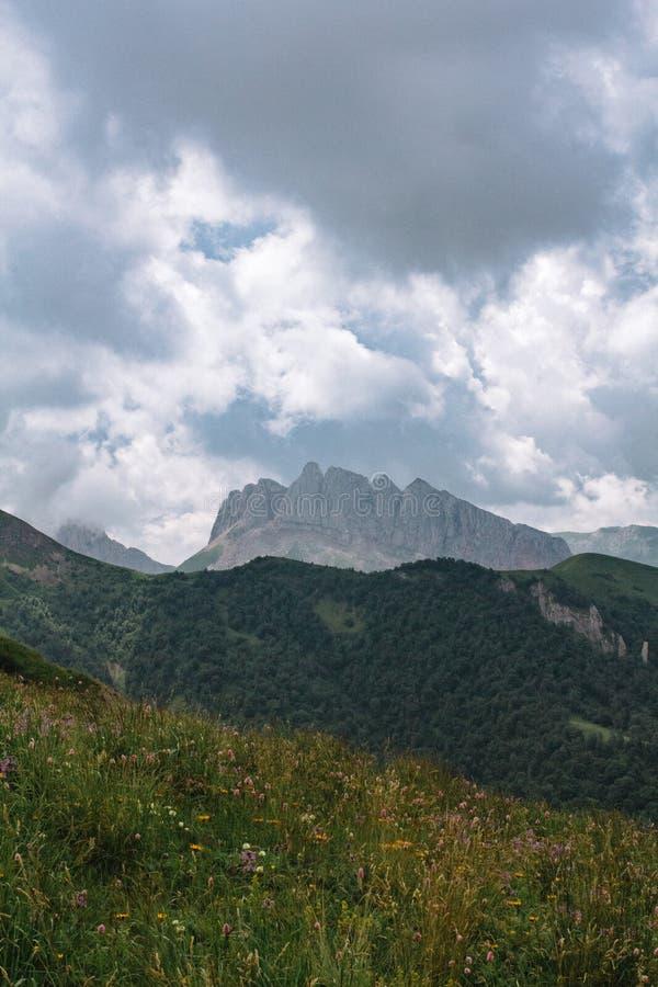 Paisaje hermoso de la monta?a del verano con nubes y un d?a soleado fotos de archivo