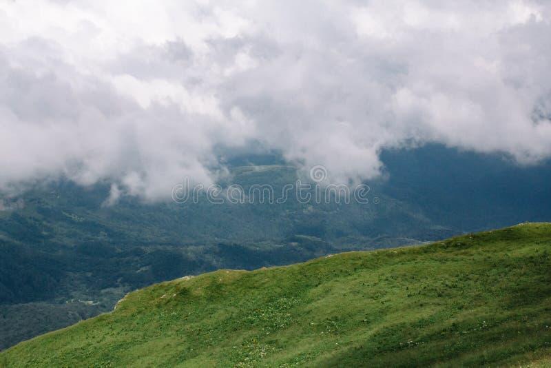 Paisaje hermoso de la monta?a del verano con nubes y un d?a soleado imagen de archivo