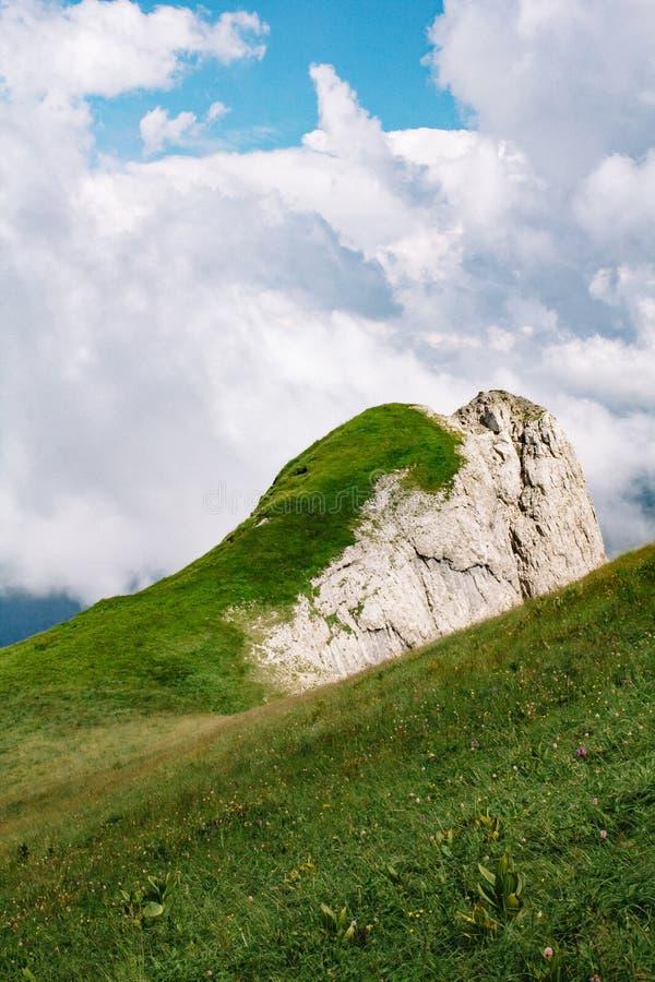 Paisaje hermoso de la monta?a del verano con nubes y un d?a soleado fotos de archivo libres de regalías