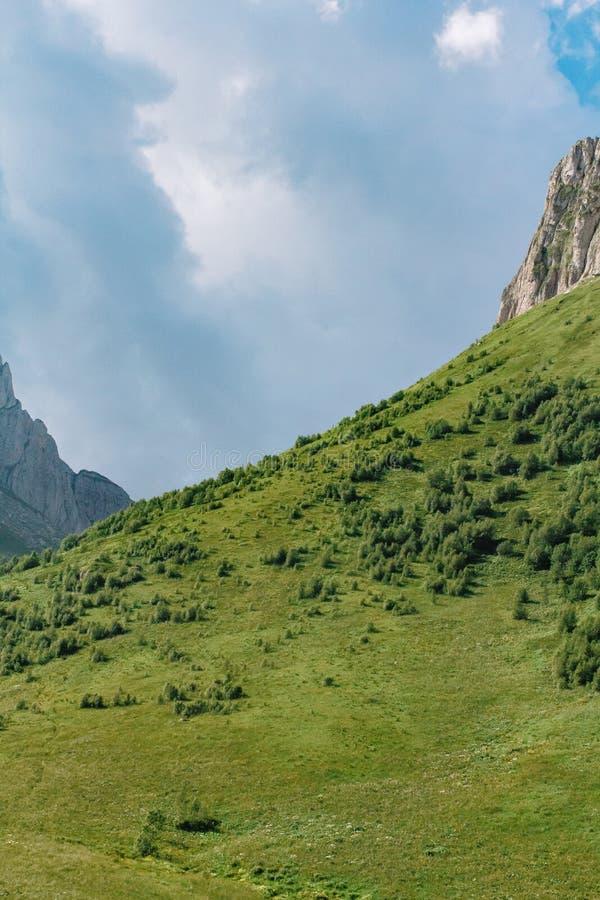 Paisaje hermoso de la monta?a del verano con nubes y un d?a soleado Fondo para el texto fotografía de archivo libre de regalías