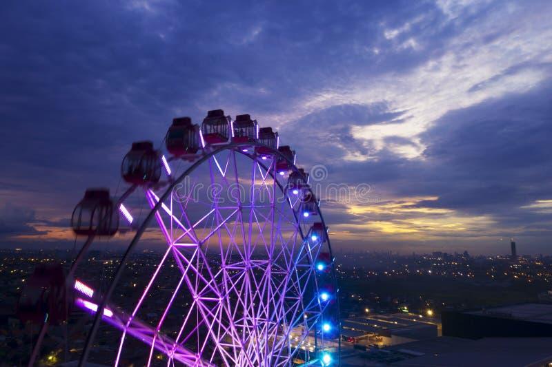 Paisaje hermoso de la noria con el cielo crepuscular foto de archivo libre de regalías