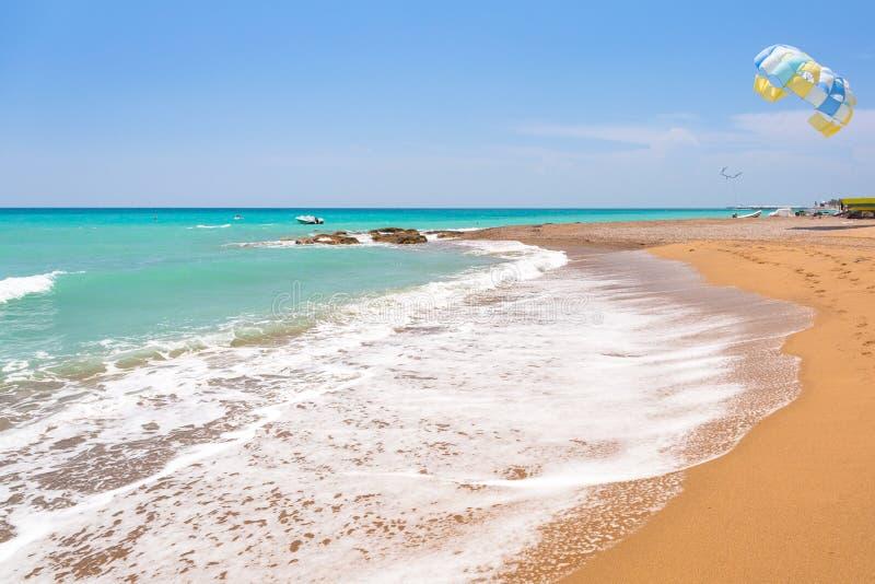 Paisaje hermoso de la playa en el turco Riviera cerca del lado foto de archivo