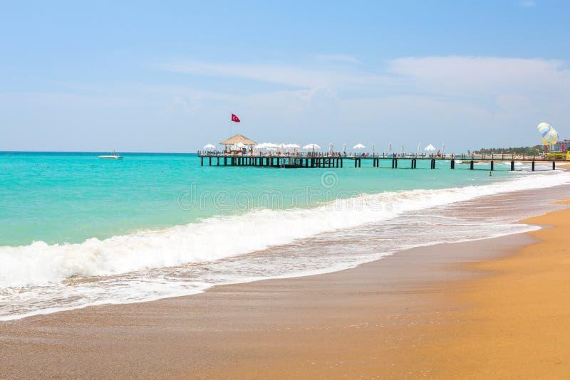 Paisaje hermoso de la playa en el turco Riviera cerca del lado fotos de archivo