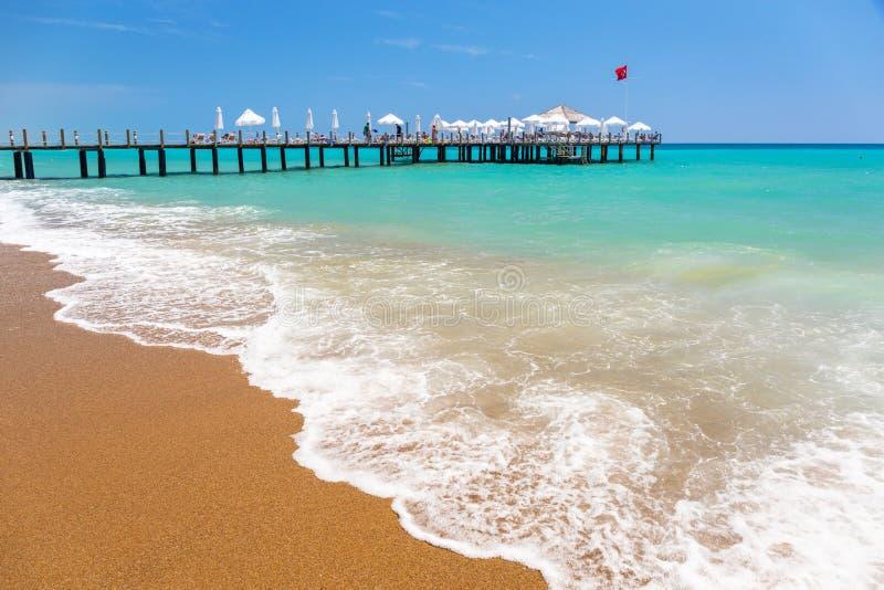 Paisaje hermoso de la playa en el turco Riviera cerca del lado imagenes de archivo