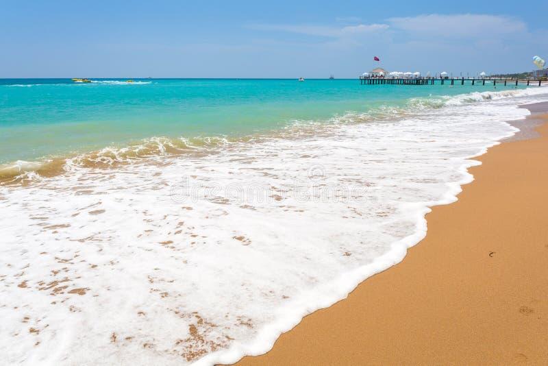 Paisaje hermoso de la playa en el turco Riviera cerca del lado fotografía de archivo