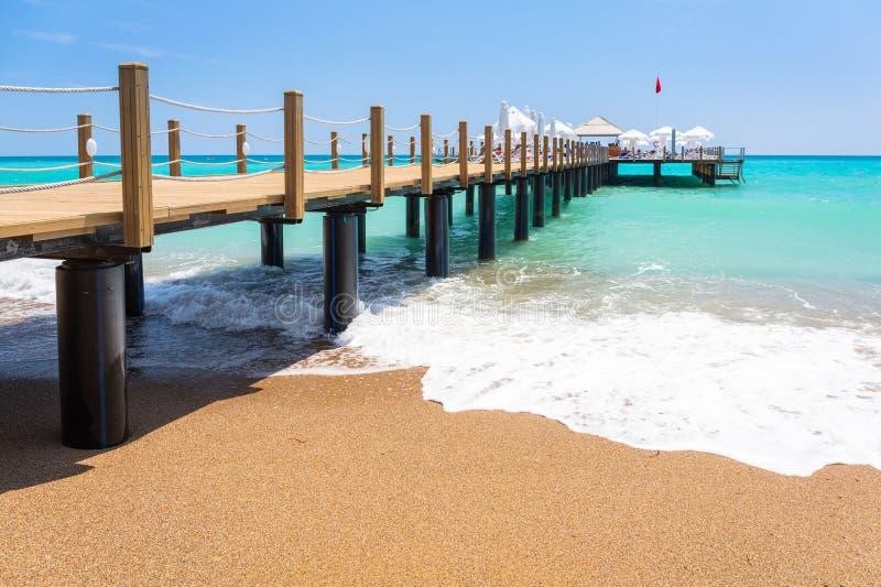 Paisaje hermoso de la playa en el turco Riviera cerca del lado fotos de archivo libres de regalías
