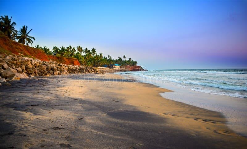 Paisaje hermoso de la playa tropical en la costa Varkala imagen de archivo libre de regalías