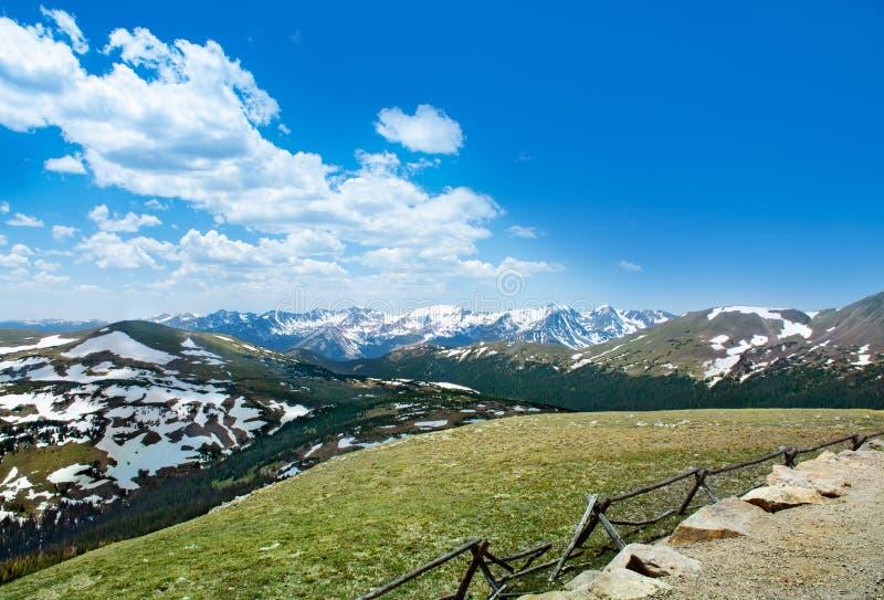 Paisaje hermoso de la primavera de Colorado con las montañas coronadas de nieve foto de archivo libre de regalías