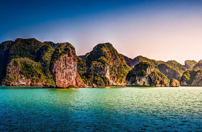 Paisaje hermoso de la puesta del sol de la bahía de Vietnam Halong imagen de archivo libre de regalías