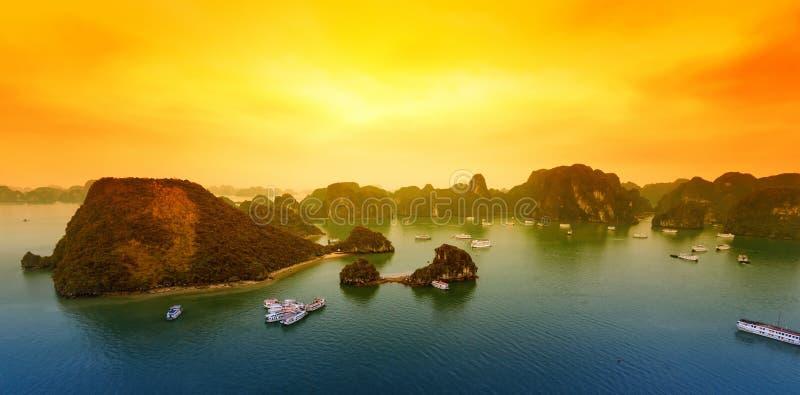Paisaje hermoso de la puesta del sol de la bahía de Vietnam Halong foto de archivo libre de regalías