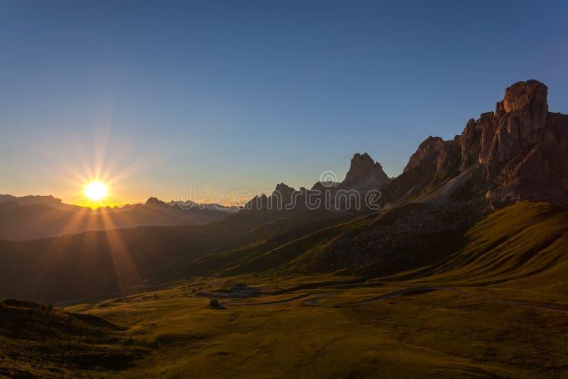Paisaje hermoso de la puesta del sol de la montaña fotografía de archivo