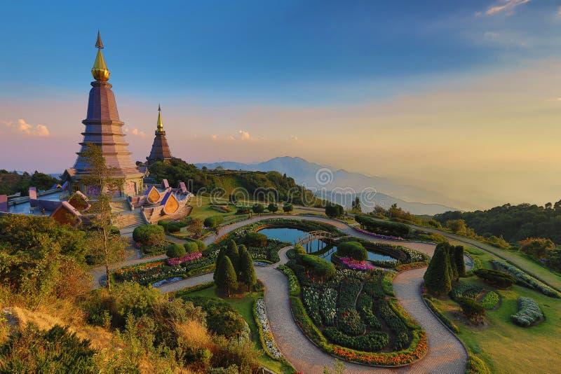 Paisaje hermoso de la puesta del sol en dos la pagoda, parque nacional de Doi Inthanon, Chiang Mai, Tailandia fotos de archivo