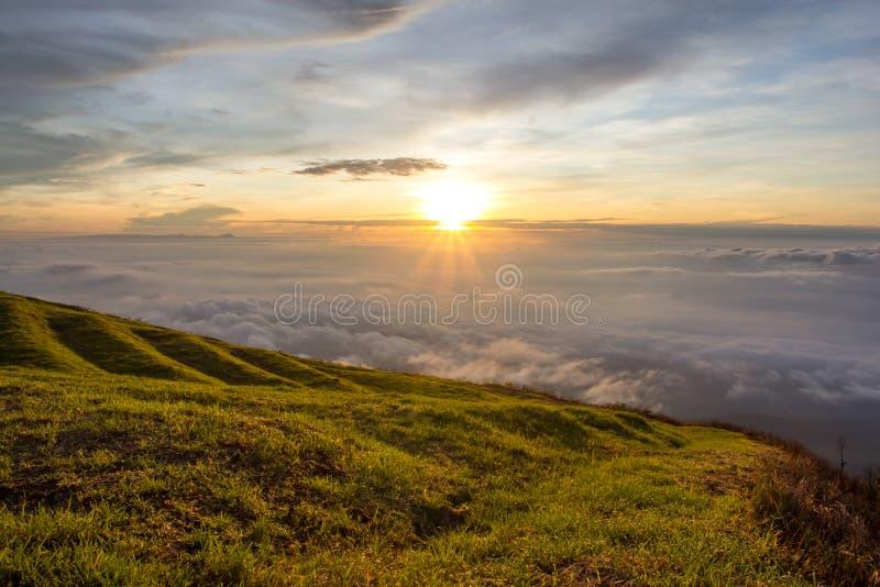 Paisaje hermoso de la salida del sol de la montaña fotografía de archivo