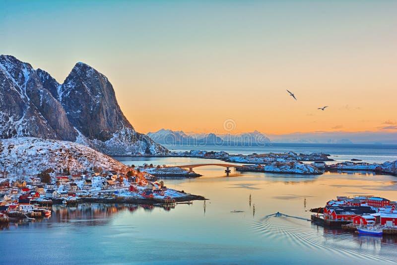 Paisaje hermoso de la salida del sol del pueblo pesquero pintoresco en las islas de Lofoten, Noruega imagen de archivo libre de regalías