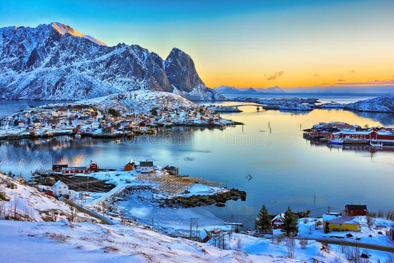 Paisaje hermoso de la salida del sol del pueblo pesquero pintoresco en las islas de Lofoten, Noruega fotos de archivo libres de regalías