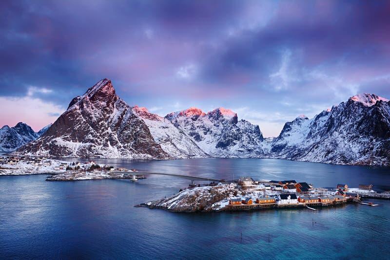 Paisaje hermoso de la salida del sol del pueblo pesquero pintoresco en las islas de Lofoten, Noruega foto de archivo