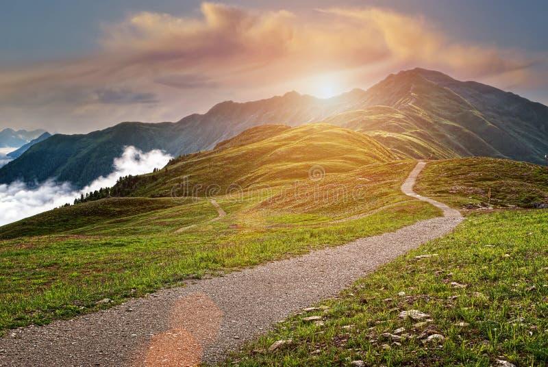 Paisaje hermoso de las montañas en la salida del sol foto de archivo libre de regalías