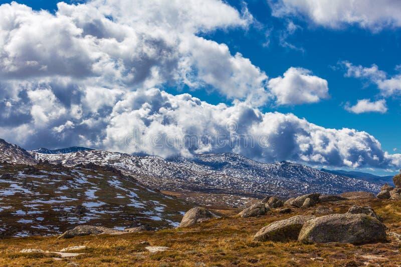 Paisaje hermoso de las montañas Nevado y de las nubes mullidas australia foto de archivo