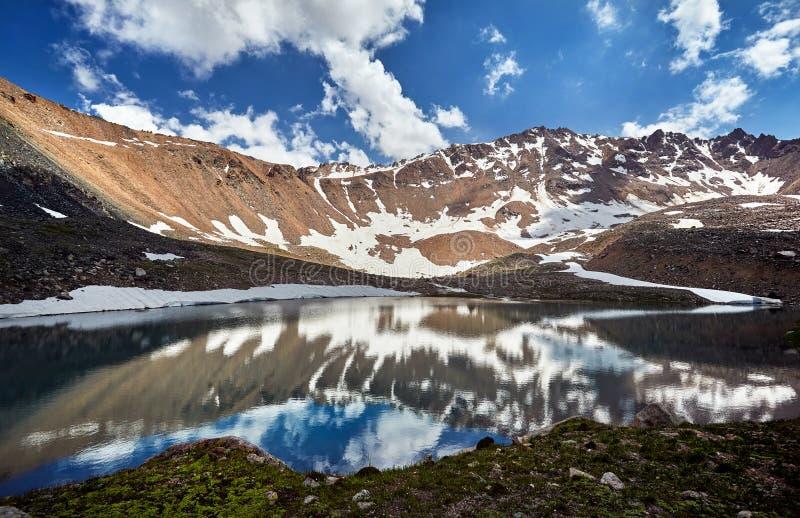 Paisaje hermoso de montañas nevosas imagenes de archivo