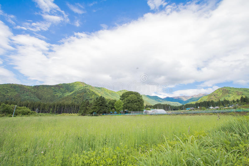 Paisaje hermoso de Takayama Mura en el verano o el día de primavera soleado y cielo azul en el distrito de Kamitakai en Nagano de foto de archivo libre de regalías