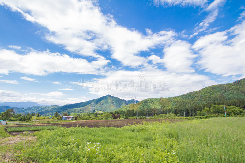 Paisaje hermoso de Takayama Mura en el verano o el día de primavera soleado y cielo azul en el distrito de Kamitakai en Nagano de imagen de archivo
