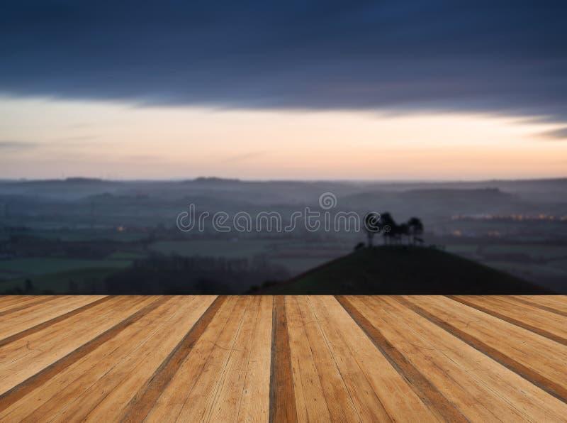 Paisaje hermoso del amanecer de la salida del sol de las colinas que pasan por alto brillantemente l fotos de archivo