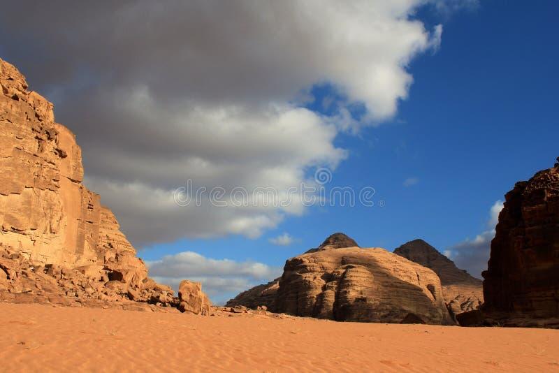 Paisaje hermoso del desierto del ron del lecho de un río seco. Jordania. fotos de archivo