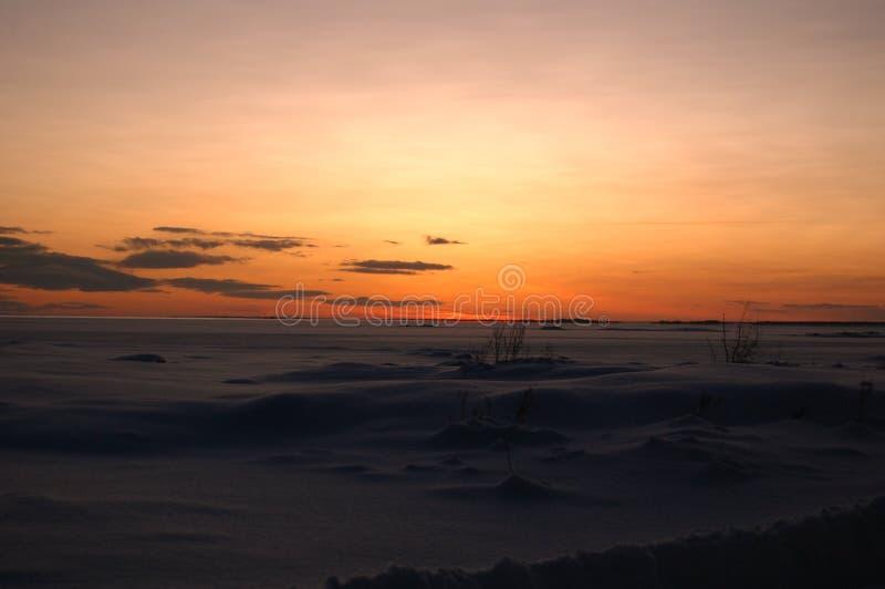 Paisaje hermoso del invierno; campo cubierto en nieve durante puesta del sol/salida del sol fotos de archivo