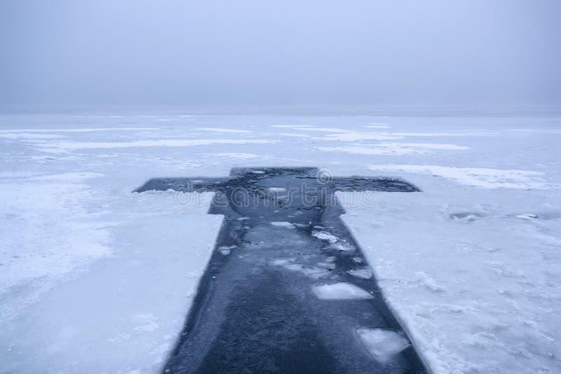 Paisaje hermoso del invierno con la cruz del hielo en el río congelado en la mañana de niebla III fotografía de archivo