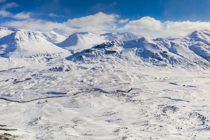 Paisaje hermoso del invierno de la montaña cerca de Akureyri, Islandia imagenes de archivo