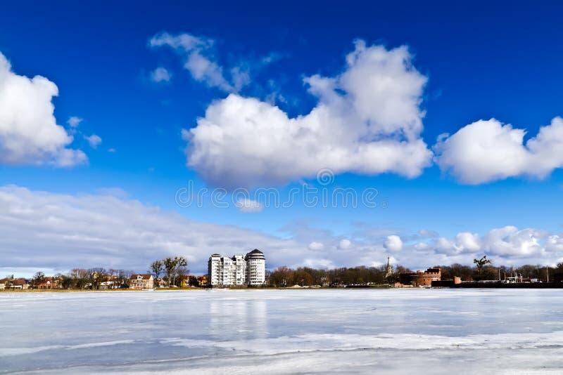 Paisaje hermoso del invierno en el lago Verhnee. Kaliningrado, Rusia imágenes de archivo libres de regalías