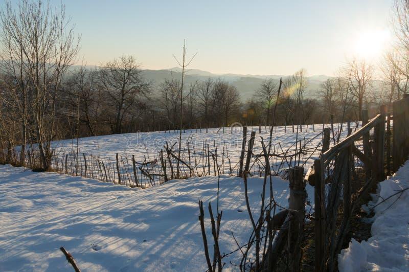Paisaje hermoso del invierno en montañas rumanas fotos de archivo