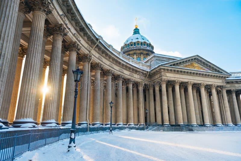 Paisaje hermoso del invierno en St Petersburg Invierno Nevado en la ciudad Invierno ruso Catedral de Kazan fotos de archivo