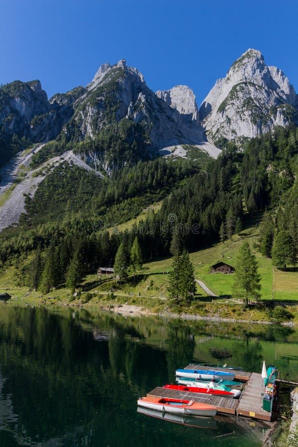 Paisaje hermoso del lago alpino con agua y las montañas verdes cristalinas en el fondo, Gosausee, Austria fotografía de archivo