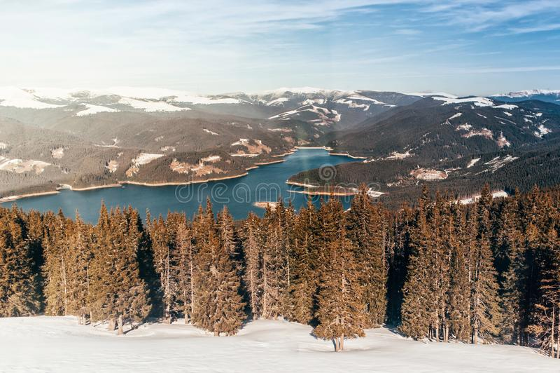 Paisaje hermoso del lago de la montaña, de altos acantilados y de árboles imagenes de archivo