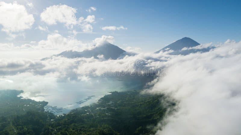 Paisaje hermoso del lago y de la montaña Batur imágenes de archivo libres de regalías