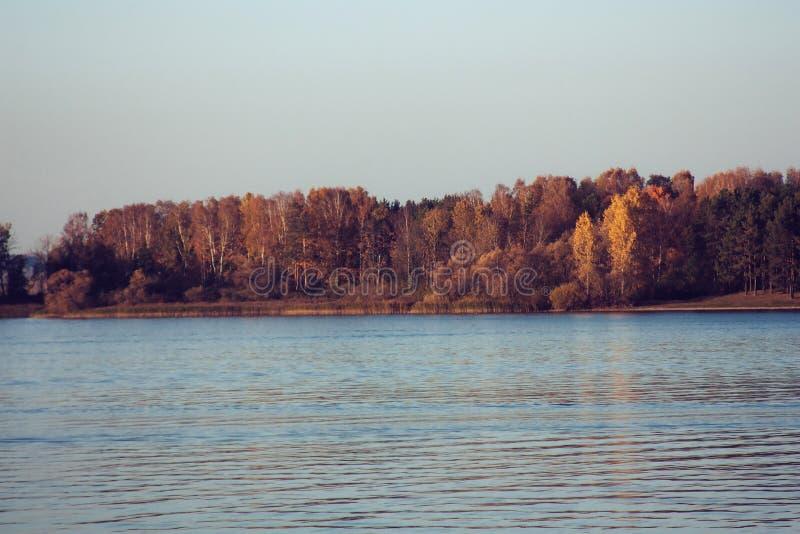 Paisaje hermoso del lago, y puesta del sol Ondas y línea azules del horizonte en el agua Fondo hermoso imagenes de archivo