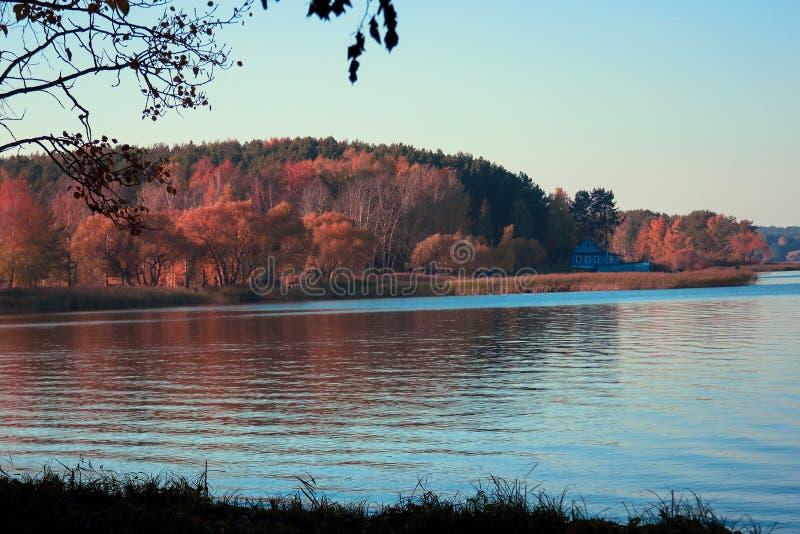 Paisaje hermoso del lago, y puesta del sol Ondas y línea azules del horizonte en el agua Fondo hermoso fotografía de archivo