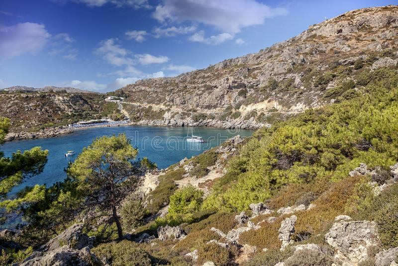 Paisaje hermoso del mar, colinas verdes, agua de la turquesa y blanco fotos de archivo