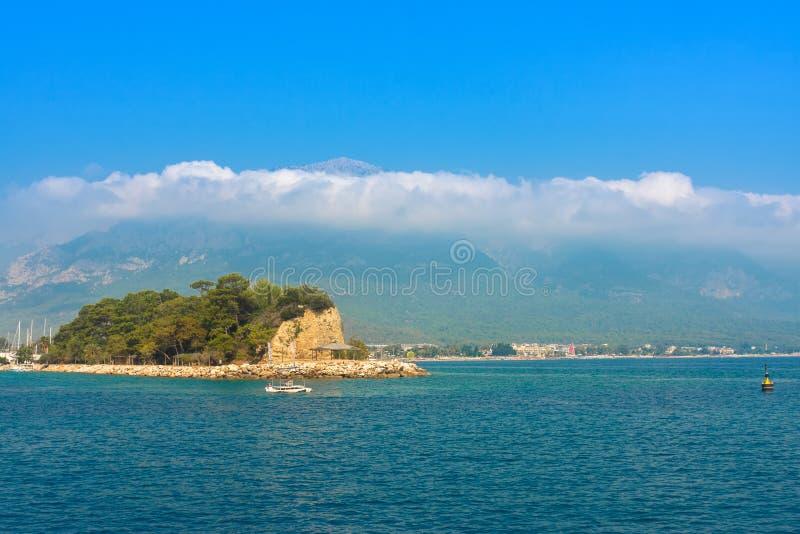 Paisaje hermoso del mar con una isla imagenes de archivo